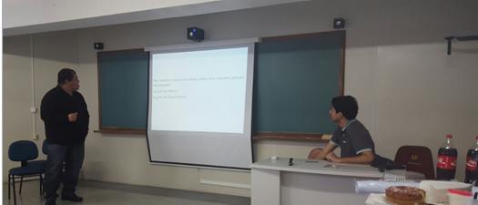 Fernando Moraes, cientista político, apresentando os temas tratados no encontro