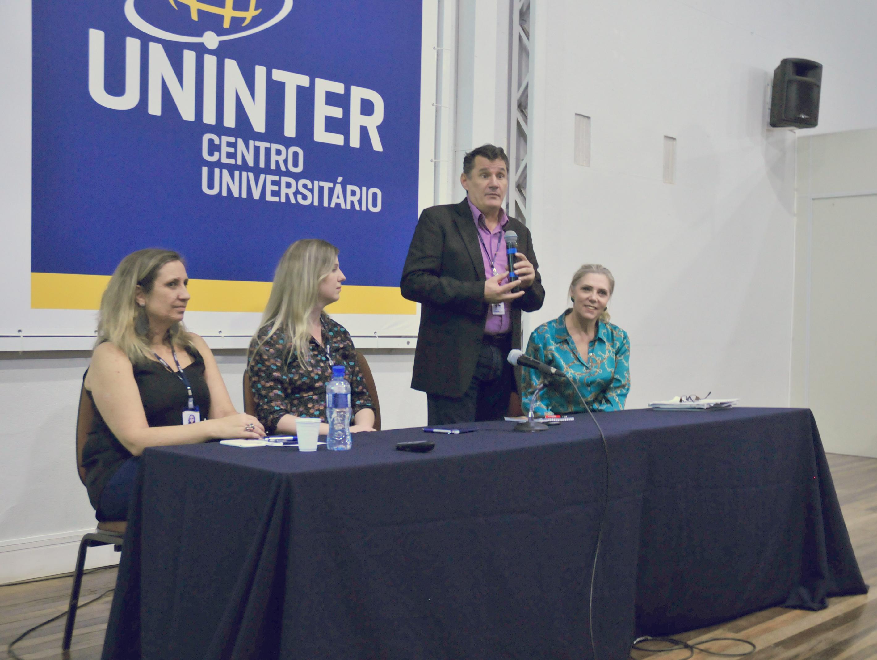 Mesa de discussão a respeito do profissional de Serviços Sociais