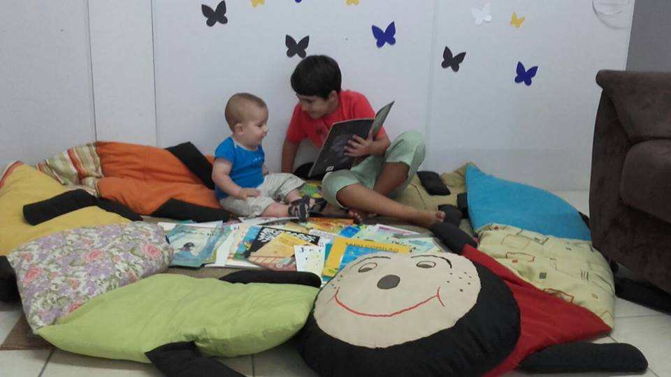 Crianças utilizando o espaço para contação de histórias