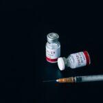 Vacinação mundial e descontrole da pandemia no Brasil são destaques na imprensa internacional